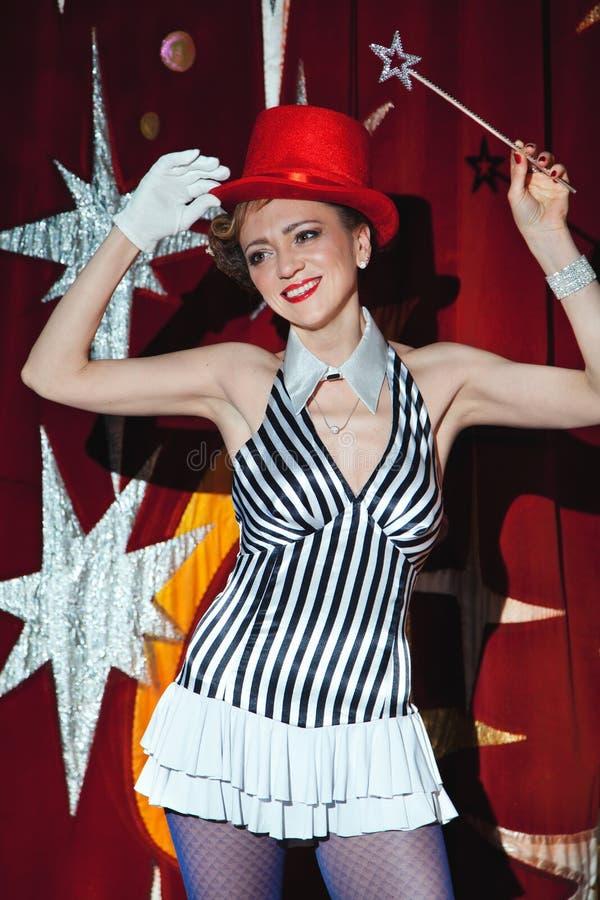 Cyrkowy artysta kobiety magik w łunie światło reflektorów zdjęcie royalty free