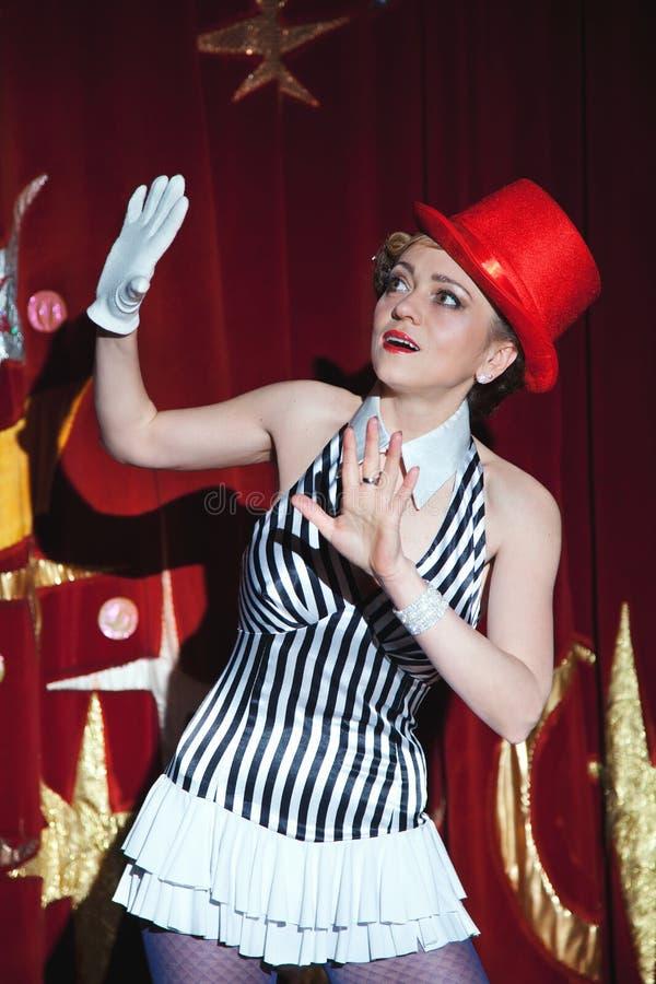 Cyrkowy artysta kobiety magik w łunie światło reflektorów fotografia royalty free
