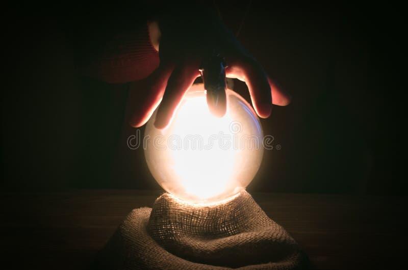 cystal的球 集会 算命者桌 未来读书 免版税库存图片