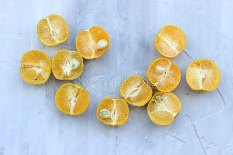Cytrus owoc na zmroku betonu popielatym stole knedle t?a jedzenie mi?sa bardzo wiele Zdrowy ?asowanie i dieta obraz stock