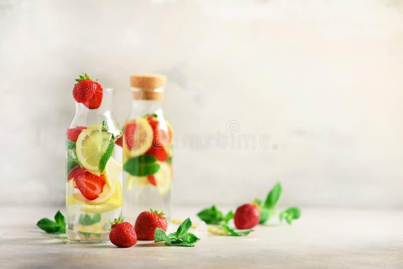 Cytrusa i truskawki lemoniada z mennicą, cytryna na popielatym tle Detox napój Lato owoc natchnąca woda kosmos kopii obraz stock