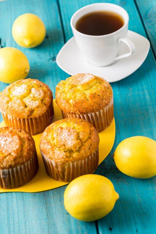 Cytryn Muffins z filiżanką herbata, kawa/ fotografia stock