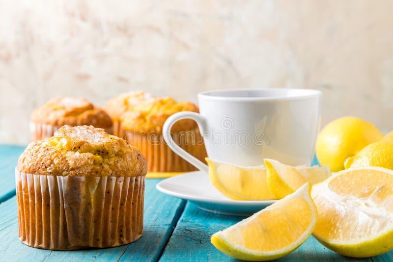 Cytryn Muffins z filiżanką herbata, kawa/ zdjęcie royalty free