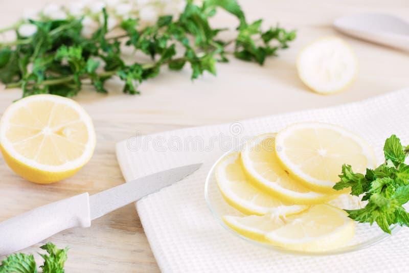 Cytryna ciie w plasterki proces gotować cytryn naczynia, soczyści kawałki tropikalne owoc, żywienioniowe owoc, zdrowi foods, ing zdjęcie stock