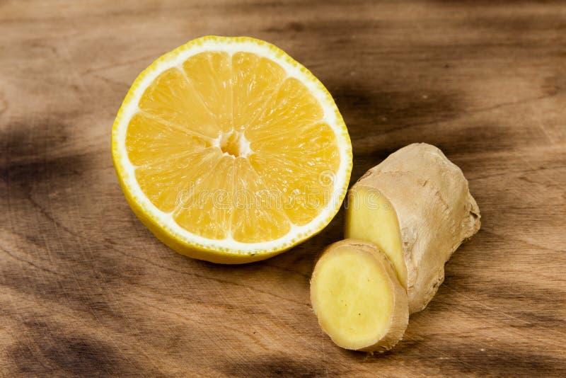 Cytryna i imbir na drewnianym tle obrazy stock