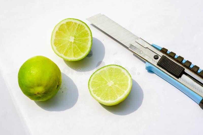 cytryna i nóż na bielu pepar obrazy royalty free