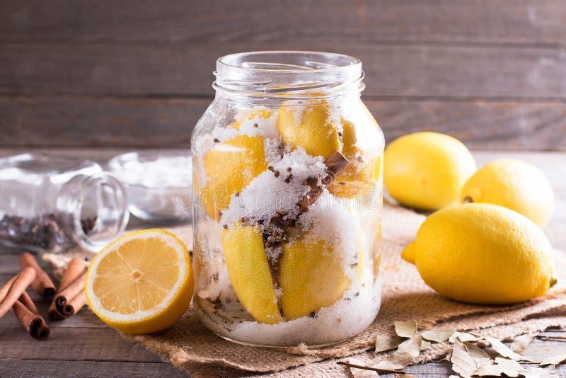 Cytryna i sól w szklanym słoju zdjęcie stock