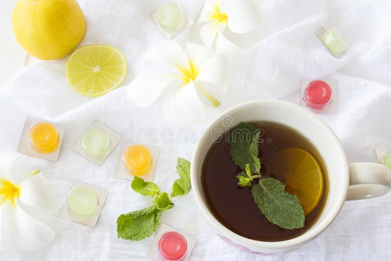 Cytryna, miętowy ziołowy dla kaszlowego bolesnego gardła i kolorowe pigułki, zdjęcie royalty free