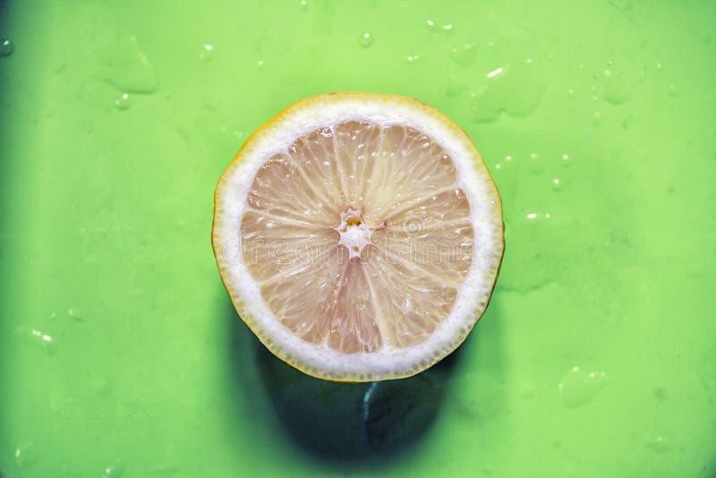 Cytryna rozłupany pojedynczy wizerunek obrazy stock