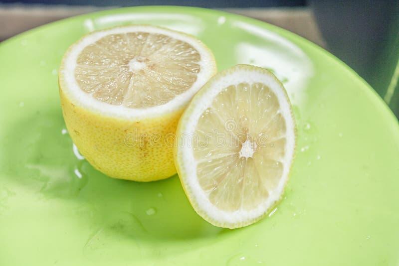 Cytryna rozłupany wizerunek zdjęcia royalty free