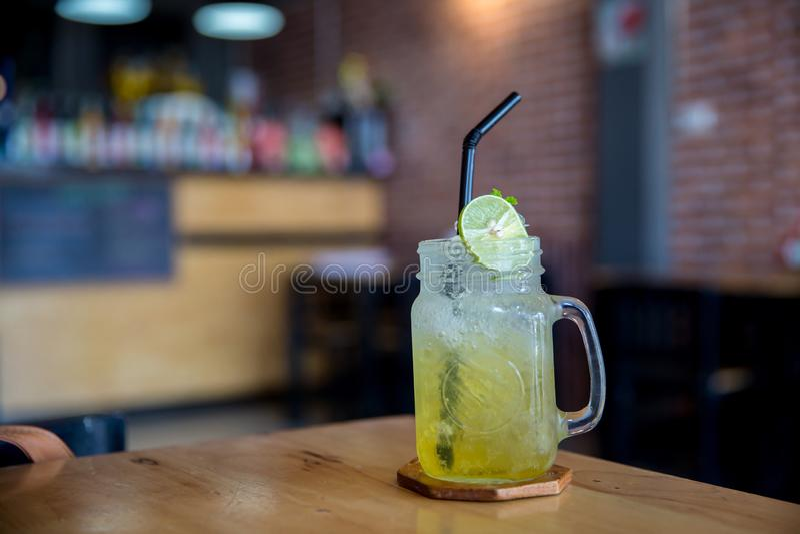 Cytryna sok z miodem na drewnianym stole Cytryny fizz w szkle Miodu i cytryny soda napoju lato zdjęcia royalty free