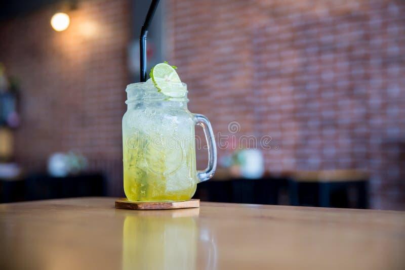 Cytryna sok z miodem na drewnianym stole Cytryny fizz w szkle Miodu i cytryny soda napoju lato fotografia stock