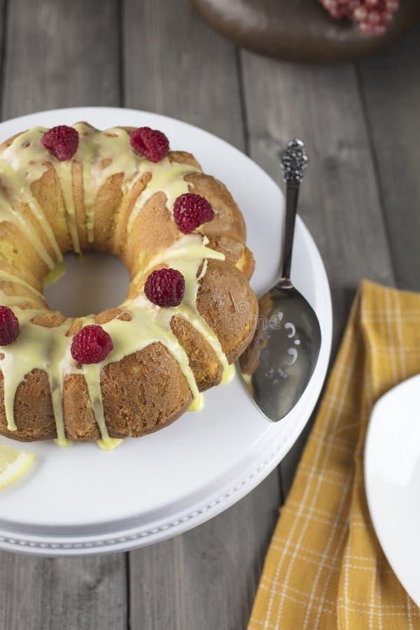 Cytryna tort frosted z żółtym cukrowym lodowaceniem zdjęcie royalty free