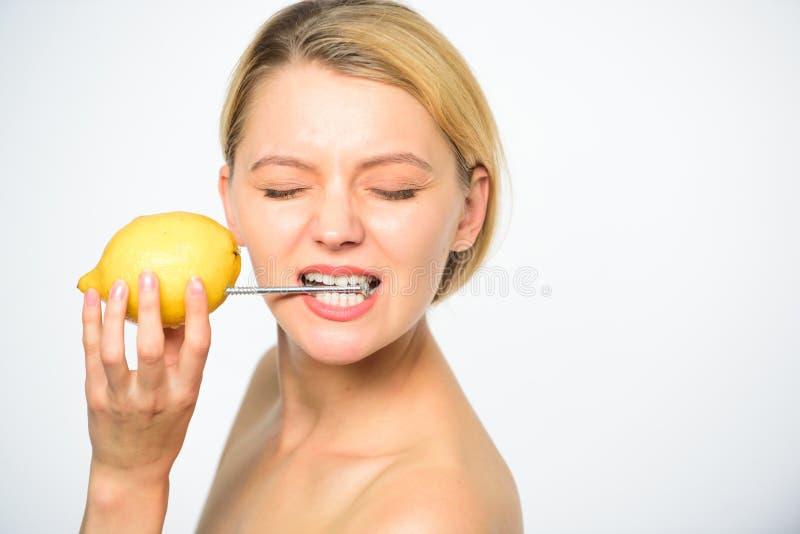 Cytryna z ćwiek naturalną baterią Podładowywa twój ciało witaminy Dziewczyna napoju świeżego soku cytryny cała owoc Energetyczny  fotografia stock