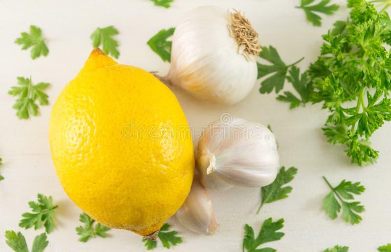 Cytryna z czosnkiem i pietruszką zdjęcia stock