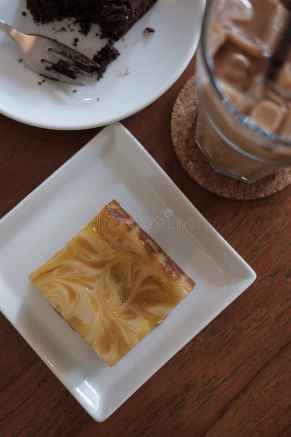 Cytryny cheesecake na bielu talerzu na woodent stole zdjęcia royalty free