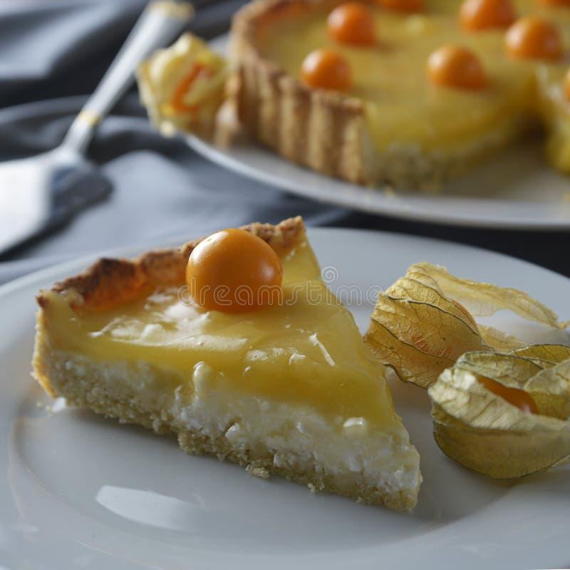 Cytryny curd kulebiak Kawałek, plasterek domowej roboty wyśmienicie kulebiak, tarta wypełniał z cytryny curd słodki deser Cytryny zdjęcia stock