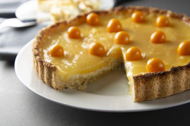 Cytryny curd kulebiak Kawałek, plasterek domowej roboty wyśmienicie kulebiak, tarta wypełniał z cytryny curd słodki deser Cytryny zdjęcie stock