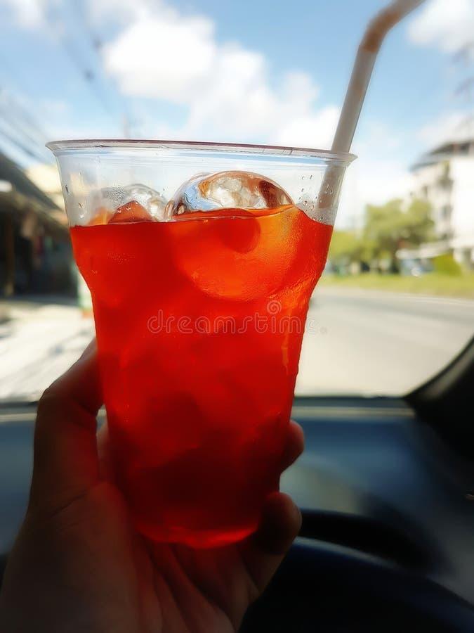 Cytryny herbata stawia l?d w jasnym plastikowym szkle obraz royalty free