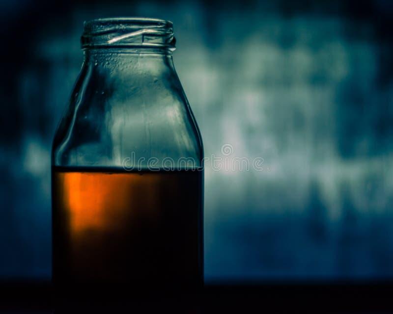 Cytryny herbata w szklanej butelce obraz stock