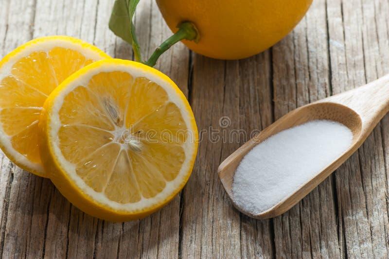 Cytryny i węglanu soda na drewnianym stole prochowa lub wypiekowa, alternatywna medycyna, organicznie czysty obraz royalty free