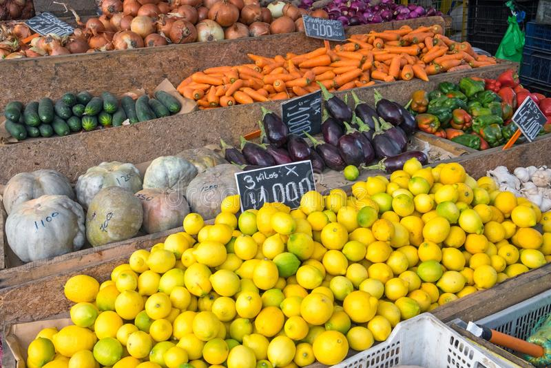 Cytryny i warzywa dla sprzedaży przy rynkiem obrazy royalty free
