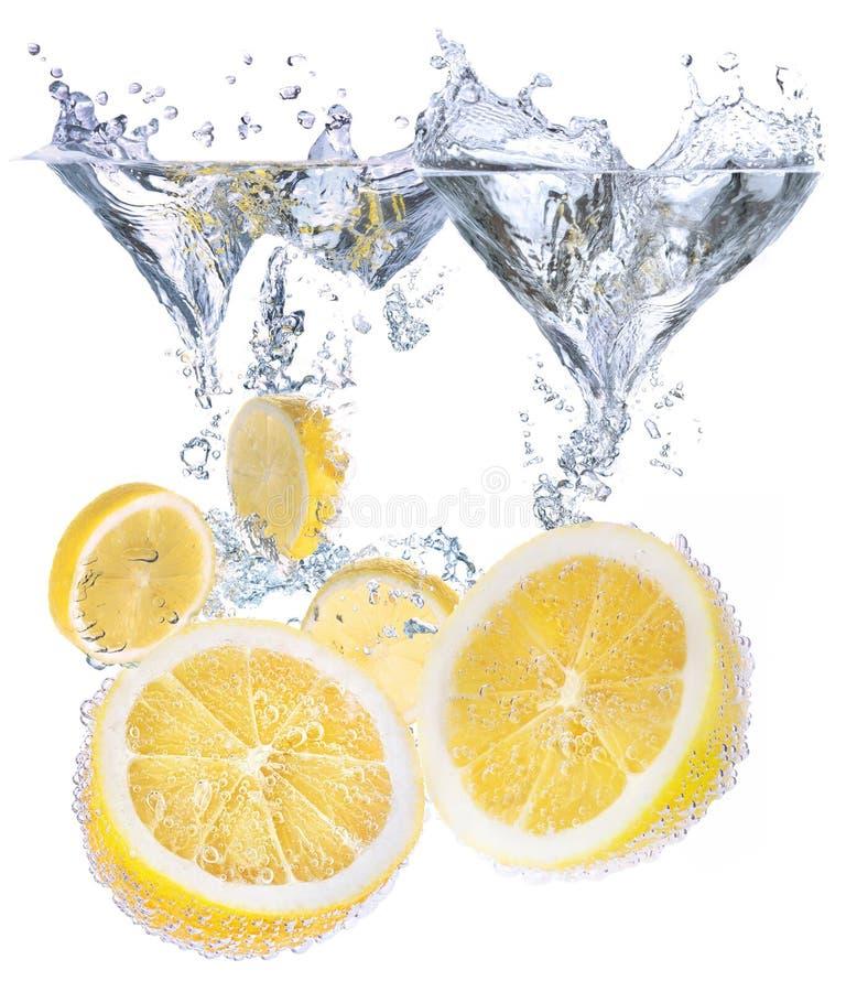 Cytryny i wody pluśnięcie zdjęcia stock