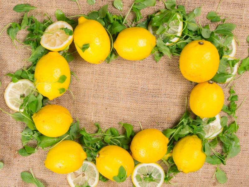 Cytryny i zielona sałatka zdjęcie royalty free