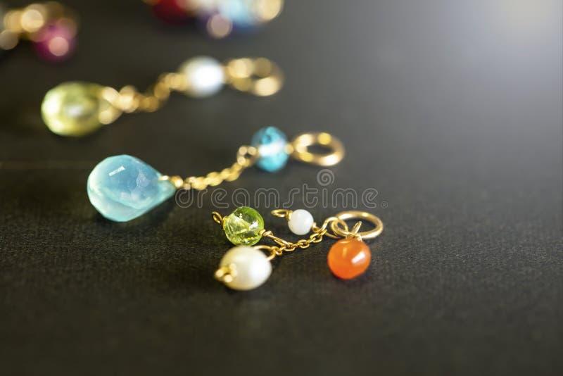 Cytryny kwarc, rubin, perła, labradoryt, apatyt, zielony chalcedon, błękitny topazowy kolia urok na czarnym tle fotografia royalty free
