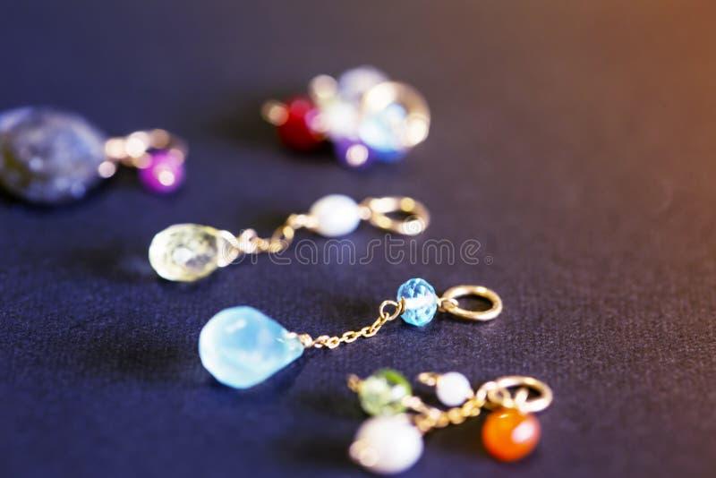Cytryny kwarc, rubin, perła, labradoryt, apatyt, zielony chalcedon, błękitny topazowy kolia urok na czarnym tle zdjęcie royalty free