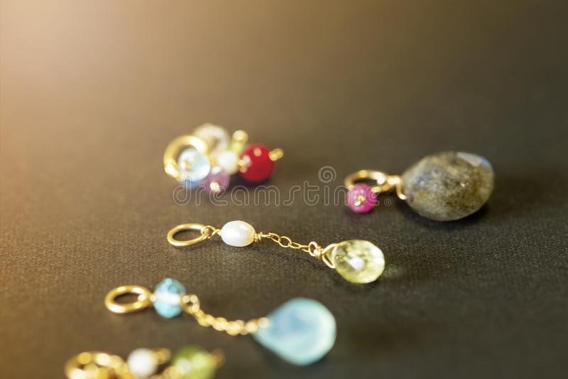 Cytryny kwarc, rubin, perła, labradoryt, apatyt, zielony chalcedon, błękitny topazowy kolia urok na czarnym tle zdjęcie stock