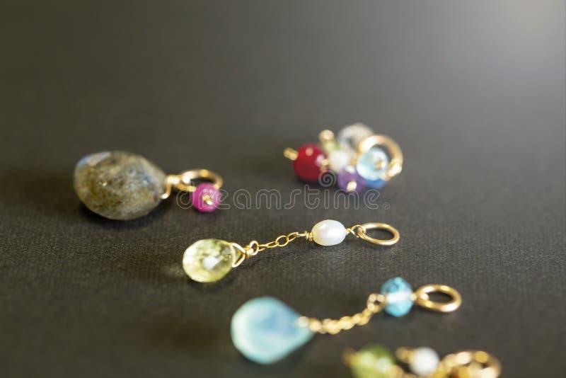 Cytryny kwarc, rubin, perła, labradoryt, apatyt, zielony chalcedon, błękitny topazowy kolia urok na czarnym tle obrazy stock