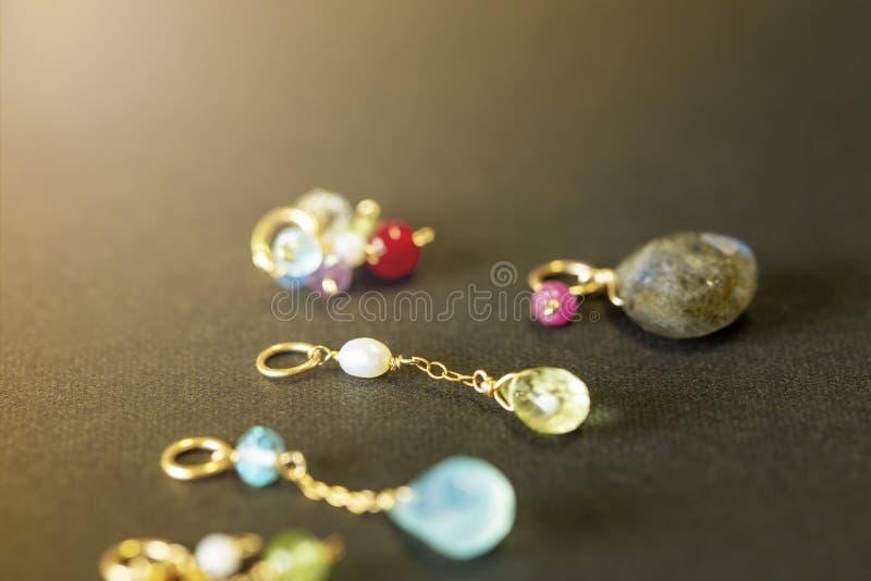 Cytryny kwarc, rubin, perła, labradoryt, apatyt, zielony chalcedon, błękitny topazowy kolia urok na czarnym tle obraz royalty free
