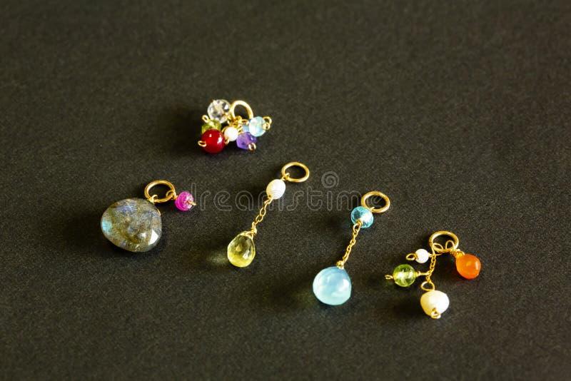 Cytryny kwarc, rubin, perła, labradoryt, apatyt, zielony chalcedon, błękitny topazowy kolia urok na czarnym tle obrazy royalty free