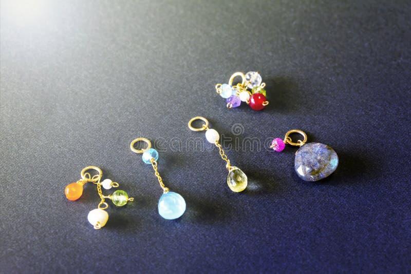 Cytryny kwarc, rubin, perła, labradoryt, apatyt, zielony chalcedon, błękitny topazowy kolia urok na czarnym tle zdjęcia royalty free