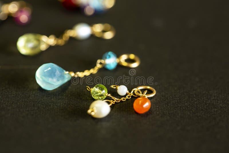 Cytryny kwarc, rubin, perła, labradoryt, apatyt, zielony chalcedon, błękitny topazowy kolia urok odizolowywający na czarnym tle fotografia royalty free