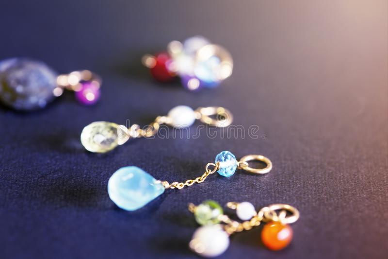 Cytryny kwarc, rubin, perła, labradoryt, apatyt, zielony chalcedon, błękitny topazowy kolia urok odizolowywający na czarnym tle zdjęcie royalty free