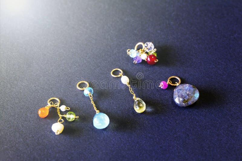 Cytryny kwarc, rubin, perła, labradoryt, apatyt, zielony chalcedon, błękitny topazowy kolia urok odizolowywający na czarnym tle fotografia stock
