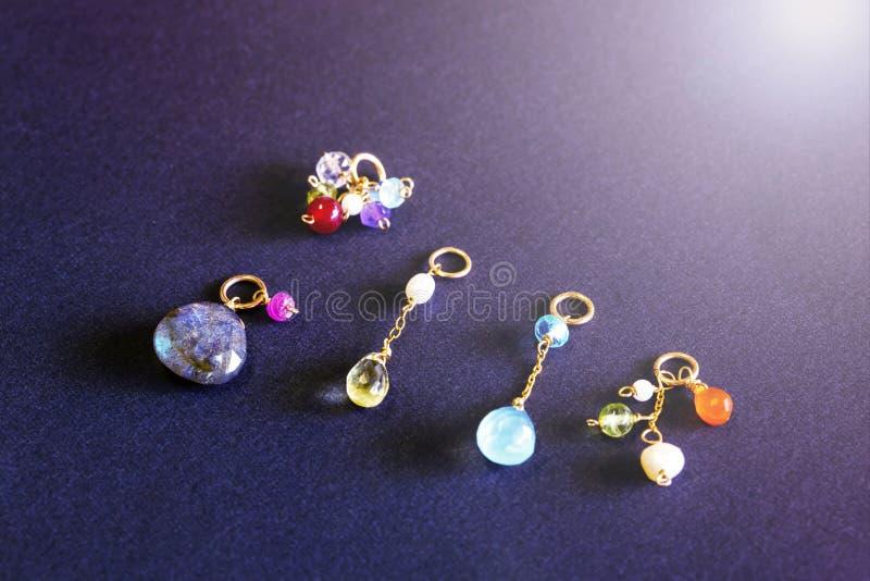 Cytryny kwarc, rubin, perła, labradoryt, apatyt, zielony chalcedon, błękitny topazowy kolia urok odizolowywający na czarnym tle obrazy stock
