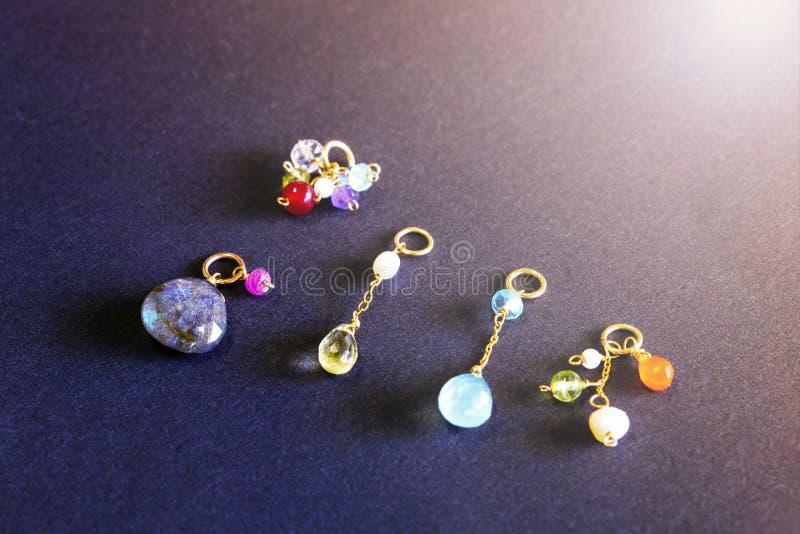 Cytryny kwarc, rubin, perła, labradoryt, apatyt, zielony chalcedon, błękitny topazowy kolia urok odizolowywający na czarnym tle obraz stock