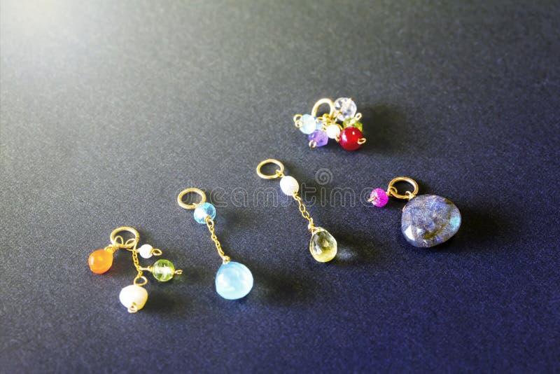 Cytryny kwarc, rubin, perła, labradoryt, apatyt, zielony chalcedon, błękitny topazowy kolia urok odizolowywający na czarnym tle zdjęcia royalty free