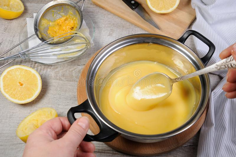 Cytryny kyrd - custard na owocowym soku obraz royalty free