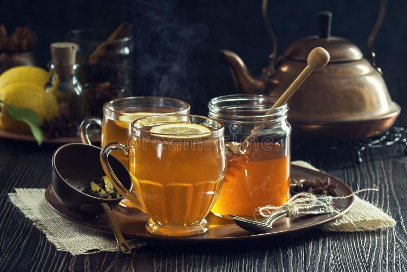 Cytryny pikantności herbata lub Gorący Toddies zdjęcie royalty free