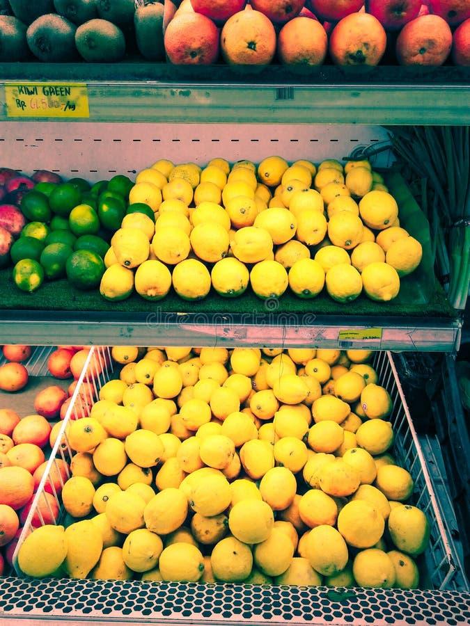 Cytryny w sklepie spożywczym są Żółte zdjęcie royalty free