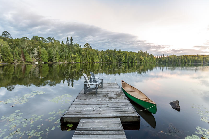 Czółno i dok - Ontario, Kanada obrazy royalty free
