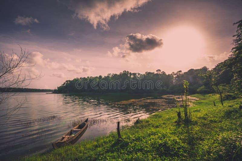 Czółno odpoczywa przy jeziorem na wieczór obrazy royalty free