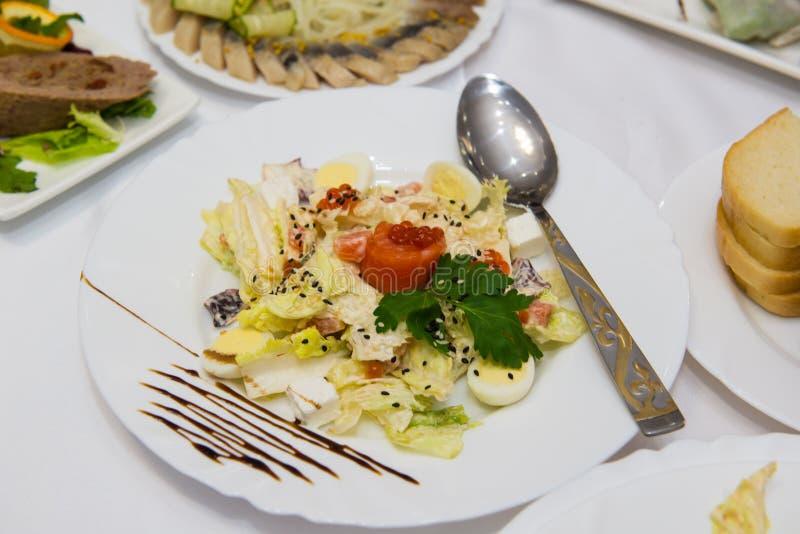 Cząber rybia porcja: piec norwescy łososiowi kawały z cytryny i warzywa sałatką, rozmaryn kapują wewnątrz i czerwony kawior zdjęcia royalty free