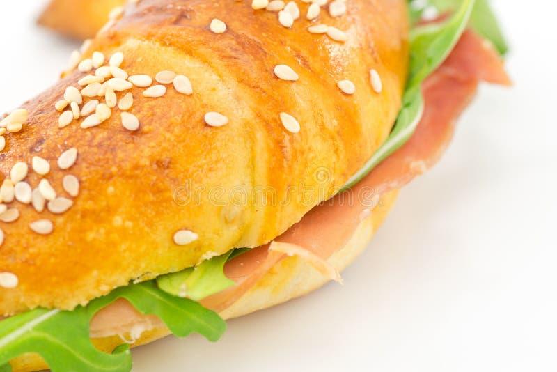 Cząberu croissant z baleronem i rakietą fotografia royalty free