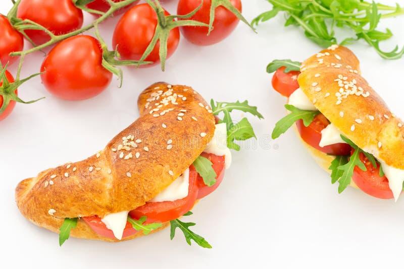Cząberu croissant z pomidorem, arugula i serem, obraz stock
