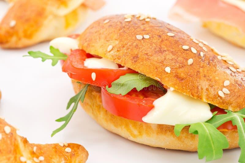 Cząberu croissant z pomidorem, arugula i serem, obrazy royalty free